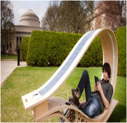 Μοντέρνα ξαπλώστρα με συλλέκτες ηλιακής ενέργειας