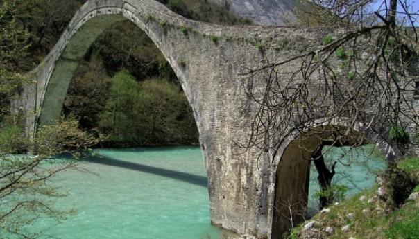 Tο καλοκαίρι ξεκινά η αναστήλωση του Γεφυριού της Πλάκας